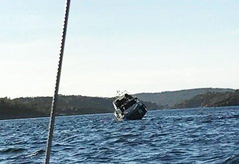 Slik så det ut da en båt gikk på grunn sør for Ildverksbåen onsdag kveld.