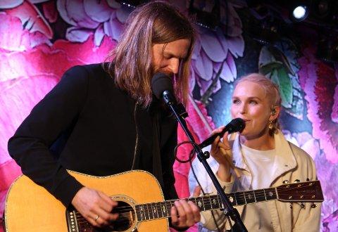 Eva Weel Skram og Thomas Stenersen har vært gift i 12 år og er på turne som duo i sommer. Konserten er som en fin kjærlighetserklæring mellom de to.