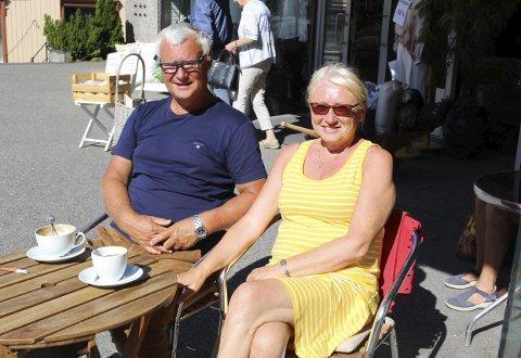 NYTER BOBILFERIE: Norvid og Solfrid Blindheim fra Sunnmøre valgte å drikke morgenkaffen sin tirsdag på Kaffe og Thespesialen. – Det er ikke rart det er så mange her når det er så god service, sier de.