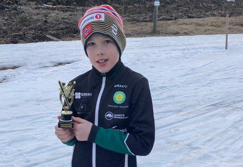 TROFE: Kristian Kirkeng kunne heve pokalen etter god innsats i skiløypene.