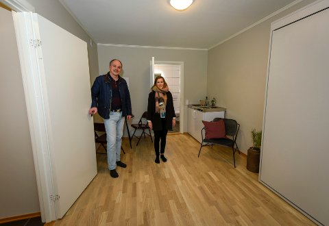 De nye leilighetene i Svenskveien har et rom som kan brukes som hybel. Eiendomsmegler Hanne Valrygg og utbygger i Comfort Building, Jonny Bohlin viser frem utleiedelen. Skapet til høyre er en uttrekkbar seng.