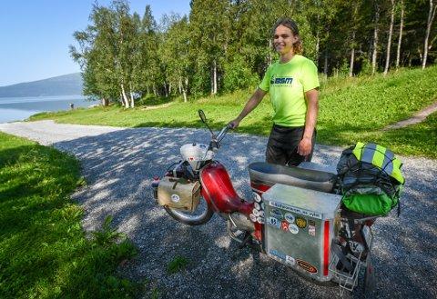 Slovakiske Ján Drinka kjører sin moped vel 700 mil på ferie fra hjembyen Michalovce i Slovakia, via Baltikum opp til  Nordkapp og nedover Norge og Sverige før han er hjemme igjen.