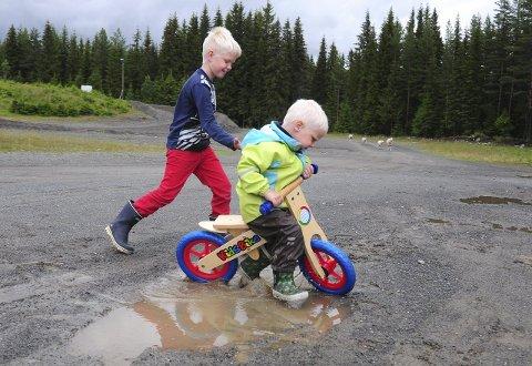 MORO SAMMEN: Trym er motor når Birk øver seg på å kjøre i søla.