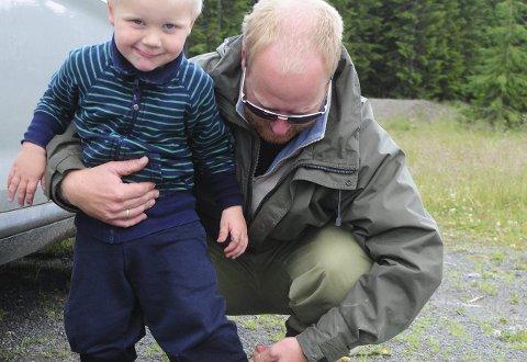 GODE RUTINER: Pappa Stian Amundsen hjelper Birk å skifte til tørt tøy før de drar hjem til Gaupen.