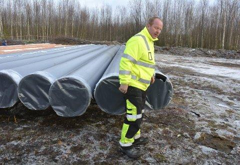 Rørsveising: På Strandsagtomta klargjøres rørene som skal ligge i Mjøsa over mot den nye pumpestasjonen. Stig Rype leder arbeidet.