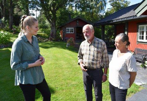 TOK EN PRAT: Stortingsrepresentant Emilie Enger Mehl (Sp) (t.v.) besøkte Monssveen på Ring mandag. I midten Halvor Monssveen og til høyre Karen Monssveen. Da passet de to sistnevnte på å lufte noe de er bekymret for.