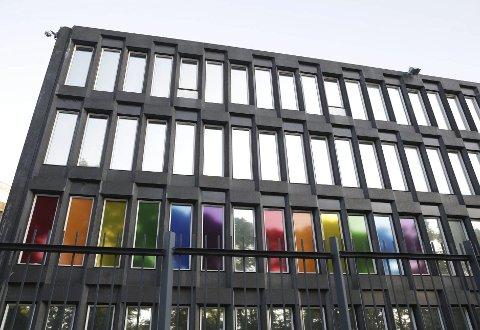 Den amerikanske ambassaden i Oslo farget vinduene i pride-fargene for å minnes de skadde.