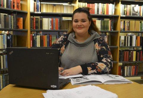 Malin Solberg Modalen (17) jobber med skolearbeid på biblioteket fordi da får hun arbeidsro.