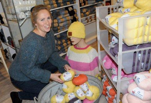 POPULÆRE GARNNØSTER: Martine Greftegreff pakker med seg populære garn til julemarkedet hun arrangerer i helgen.