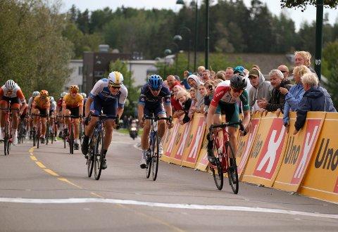 NESTEN BRONSE: Sondre Midtsveen (til venste) var bare noen centimeter fra å ta igjen Erik Ysland (foran), som ble nummer tre.