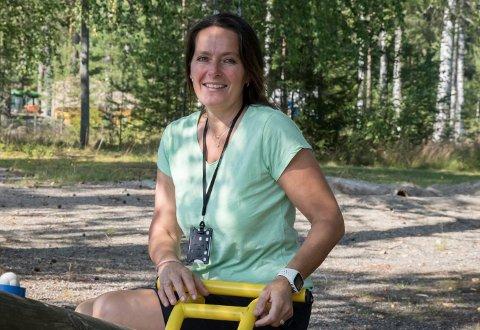 NES-PATRIOT: Nina Åsli Henriksen er glad i både skolen og tettstedet Nes. Hun synes omgivelsene rundt arbeidsplassen er fantastiske.
