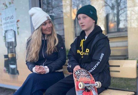 I BUSSKURET: – Dette kunne vært løst på en langt smidigere måte, sier mamma Eldrid Johansen, som mener Aksel (13) ble møtt med svært dårlig service da han skulle ta bussen til Hønefoss.