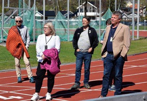 Ordfører i Ringerike Kirsten Orebråten (Ap) i Hønefoss idrettspark sammen med varaordfører Dag E. Henaug (H) og rådmann Tore Isaksen.