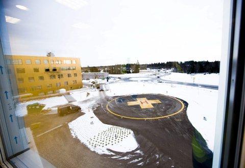 SETT FRA OVEN: Landingsplassen fotografert fra et av LHL-sykehusets rom. Åpningen nærmer seg med stormskritt.