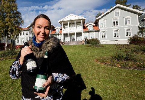 Etikett: For 10 år siden reiste direktør Heidi Fjellheim på Losby Gods til Italia for finne en vin de kunne spesialimportere. Resultatet ble både rød og hvit vin fra Negrofamilien i Alba i Piemontedistriktet med Losby Gods-etikett. alle foto: Tom Gustavsen