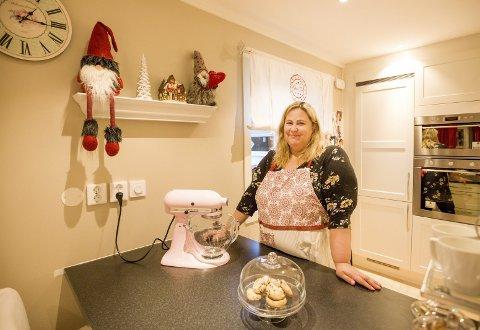 Heidi Hagen elsker julen, og har allerede pyntet huset med nisser og annen julepynt. Hun tilbringer mye tid på kjøkkenet, og familien koser seg med deilig julebakst hele julen. ALLE FOTO: MIKE HILLINGSETER
