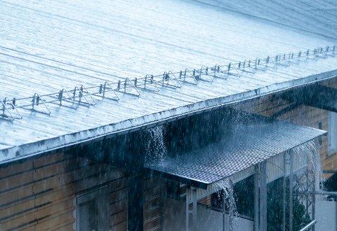 STORE NEDBØRSMENGDER: Det er ventet mye regn fredag og lørdag. På det meste kan vi få opp mot 25 millimeter på én time. Foto: Lise Åserud / NTB scanpix