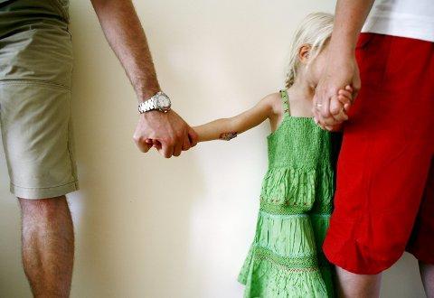Moren er redd for at hun får et dårlig forhold til eksmannen hvis hun kritiserer han. Familieterapeuten foreslår et møte på Familievernkontoret. ILLUSTRASJONSBILDE: SCANPIX