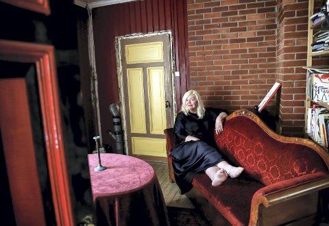 Unni Askeland kjøper aldri møbler, hun bytter til seg. Denne sofaen hadde stått i huset hennes kun ett døgn da bildet ble tatt, men ser ut som om den har stått der i hundre år.  – Om disse veggene kunne snakke, sier Unni og legger til at hun aldri føler seg ensom i det store huset. Aldri redd.ALLE FOTO: MARIANNE ENGER