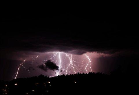 Lett reprise: Natt til torsdag var det 290 lynnedslag. Fredag kommer trolig tordenværet tilbake. Men det vil ikke bli like kraftig. Foto: NTB scanpix