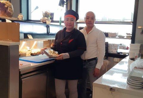 STÅR PÅ: Bao Quyen Ngoc Nguyen og Mike Hoang gleder seg over godt besøk og mange bestillinger av mat hjem.