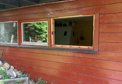 TOK AV LISTENE: Innbruddstyvene skal ha listet ut vinduet før de tok seg inn i boligen. Foto: Politiet