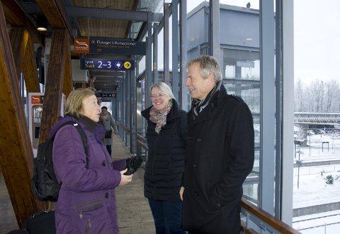 Ventetid: Marit Røgeberg fra Heggedal, har benyttet toget på Spikkestadbanen i dag. Men i stedet for å vente i 25 minutter på Skøyen stasjon, valgte hun å ta toget til Asker for togbytte. Foto: Hilde Haldorhamn