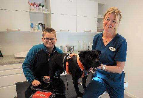 DYREKLINIKK:  Martin S. Selfors (11) var innom hos veterinær Åse Marie Borgen med sin hund Ronja for negleklipp.