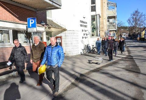 UTSATT: Opprinnelig skulle det bygges nye omsorgsleiligheter ved Forsmannsenteret. Det mener Høyres Tor Steinar Mathiassen (t.v.) kommunen ikke har råd til.  Privat utbygging gir oss også flere tomtealternativer, sier han. Ved hans side under en tidligere befaring går partikollega Erling Sørhaug og bygningssjef Sindre Væren Rørby.
