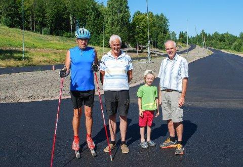 STOLTE: Tom Horntvedt (f.v.), Yngvar Harm, Anton Våland Bogstad og Aksel Bogstad viser stolt fram de nye rulleskiløypene i Storås.