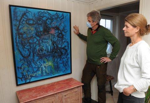 FLAMMER: Bjørn Ole Gleditsch og Berenike Munthe Wulfsberg, daglig leder i Kristiania Design tolker oljemaleriet til kunstner Bjarne Melgaard.