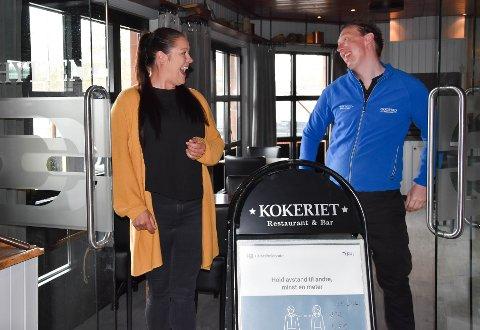 GOD STEMNING: - Vi synes at det er noe spesielt med gjestene som kommer til Kokeriet. Det er fantastiske gjester på en fantastisk plass, sier restaurantsjef Sofie Søderstrøm og kjøkkensjef Trond- Kristian Tørrissen. FOTO: Vibeke Bjerkaas