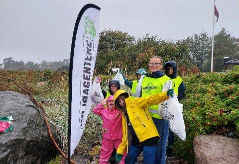 RYDDEGJENG: Hold Norge rent oppfordrer til strandrydding 11. - 19. september. Her er Miljøagentene i Sandefjord på Strandingen ved Vøra lørdag.