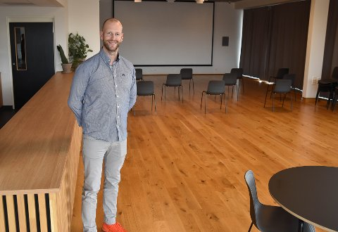 UTLEIE: Bendik Farmen Bakkevig er nylig ansatt som butikk-, kafé- og arrangementsansvarlig ved Vestfoldmuseene. Han har stor tro på at lokalene til Hvalfangstmuseet kan være et godt supplement til selskapsutleiemarkedet i kommunen. FOTO: Vibeke Bjerkaas