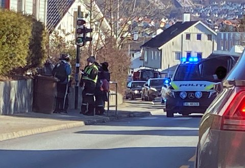 SENTRUM: Politiet er på plass for å intervjue potensielle vitner til hendelsen.
