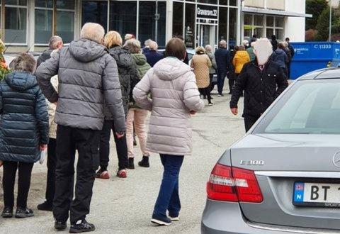 Kvinnen omtaler tilstanden i køen som ukontrollert.