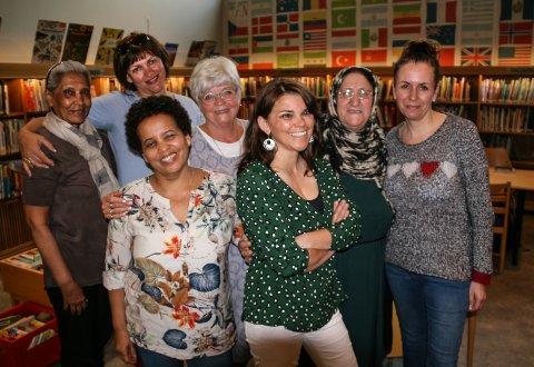 MØTES: Bakerst fra venstre: Bhanú Chandarana, Wioletta Knitter, frivillig Anniken Helgar, Bahilo Manochari og Ann Karine Forsberg Larsen, daglig leder i Sarpsborg frivilligsentral. Foran fra venstre: Almaz Mehari og frivillig Margret Liefting.