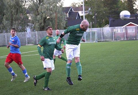GOD: Aksel Ian Edgar-Lund nikker kontant bort ballen. Aksel klarte seg bra de rundt 45 minuttene han fikk spille.