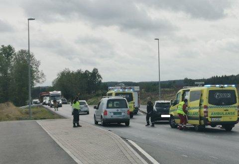 ULYKKE: To biler er involvert i en trafikkulykke fredak ettermiddag.