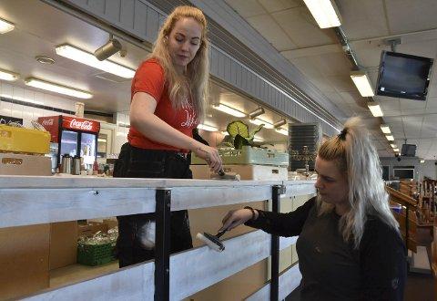 LYSER OPP: Stallkroa skal bli lysere, her ruller Rebecca Lindmo og Karina Kanjo grunninga på.