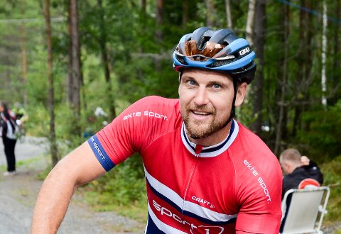 SMERTER I VENTE: Natt til lørdag skal spydebergingen Flemming Kristiansen med flere sitte 12 timer på spinningsykkelen.