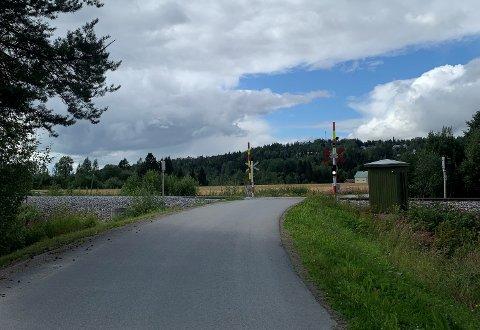 Stengt: Jernbaneovergangene ved Finsås (bildet) og på Brønsetvegen blir stengt mellom klokken 12.00 og 18.00, onsdag 11. august og torsdag 12. august.