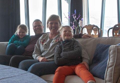 HYGGE: Familien Munch Tuftene smiler med sine beste smil, Laurtiz litt ekstra som stolt syner at han har mista framtennene sine. f.v. Margrete, Magnar, Rebekka og Laurtiz