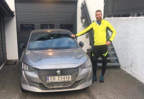 NY BIL: Ørjan Skilbrei (33) valde elbil då han kjøpte ny bil i 2020. - Dette er ein perfekt bil for meg som pendlar frå Lærdal til Årdal kvar dag, seier han.