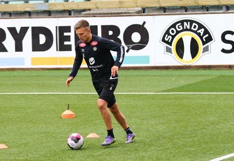BALL: Kristoffer Valsvik (25) trente med ball for første gong på éin månad under måndagens Sogndal-trening.