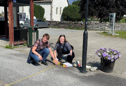 KLARE: Norunn Haugen og Tirill Evensen er klare til arbeidet med å kartleggja den universelle utforminga i sentrum av Flåm og på Aurlandsvangen. – Dette blir spennande.