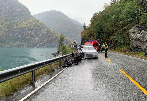 KOLLISJON: Ein motorsykkel og ein bil kolliderte mellom Øvre Årdal og Årdalstangen onsdag ettermiddag.