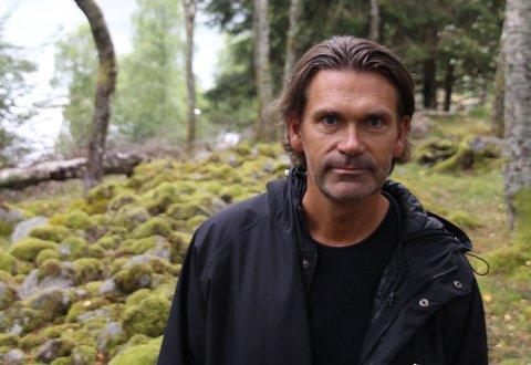 FORKLARING: Kultursjef Trond Ole Hølland Paulsen gjev ei detaljert forklaring om sin kjennskap til kunstnaren som blei vald til å smykka ut den nye skulen på Tau.