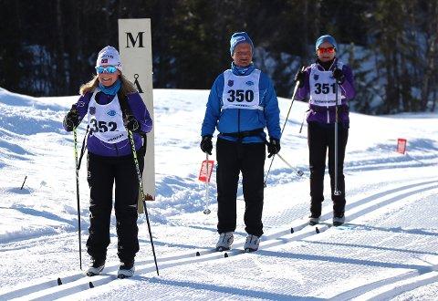 2020: Venche Vandsvik, Asbjørn Vandsvik og Inger Vandsvik kommer i mål etter 32 kilometer fra Malm til Seterbakken i follafoss i fjor. I år blir det ikke noe tur på den spreke trioen.
