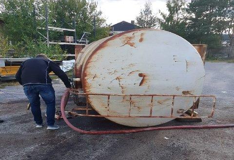 TANK: - Vi mener vi kan dokumentere at det har kommet olje i ledningsnettet etter rengjøring av en tank (bildet) like ved travbanen, sier teknisk sjef Finn Jenssen i Skien kommune. Bildet er hentet fra befaringsrapporten.